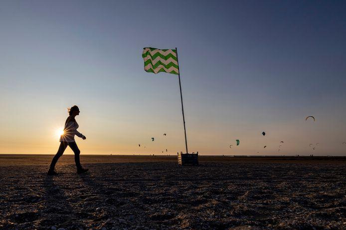 Op het Westlandse strand is bij de Zandmotor sinds vrijdag een Westlandse vlag gehesen. Deze nieuwssite ging op onderzoek uit wie erachter zit.