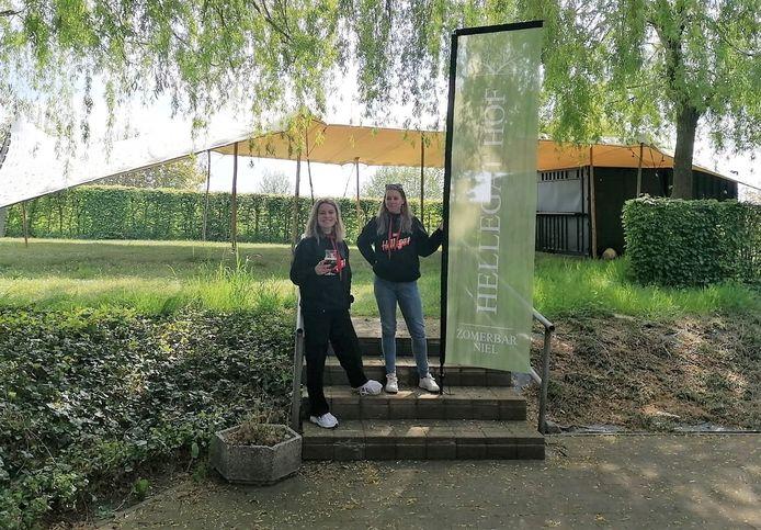 Marie Van Hoofstat en Jente De Clerck van de Hellegat Hof-crew zijn enthousiast om weer te kunnen starten.