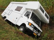 Camper strandt in greppel in Lochem: bestuurder gewond afgevoerd