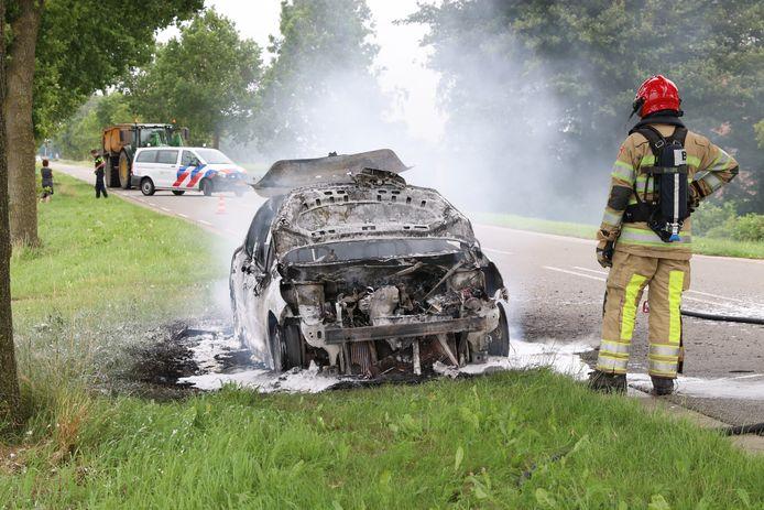 Een auto is rond half zes donderdagmiddag volledig uitgebrand op de Lemsterweg.