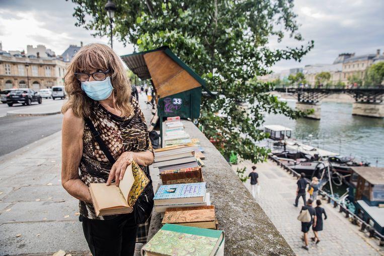 Een van de 240 bouquinisten langs de Seine in Parijs. Beeld Aurélie Geurts