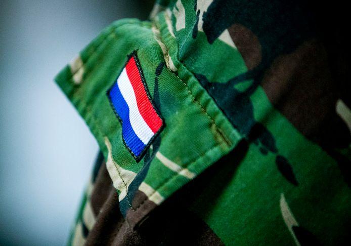Militairen zijn verbijsterd over de dertig procent salarisverhoging van acht militaire topadviseurs. Volgens vakbond VBM zijn de regels niet gevolgd.