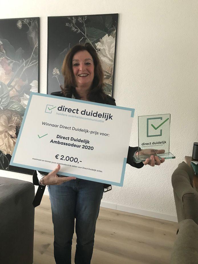 Communicatieadviseur Hetty de Kruijff van de gemeente Hof van Twente met haar prijs