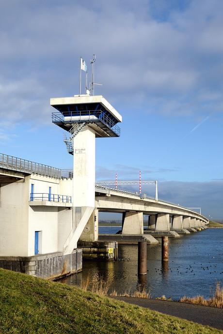 Ketelbrug dicht voor scheepvaart door windvlagen
