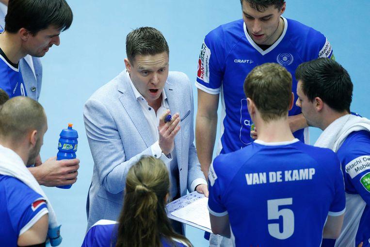Lycurgus-coach Arjan Taaij, omringd door medewerkers en spelers tijdens de finale om de nationale beker in 2017. Beeld ANP