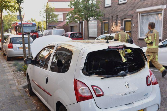 In de Ahornstraat heeft brand gewoed in een geparkeerde auto.