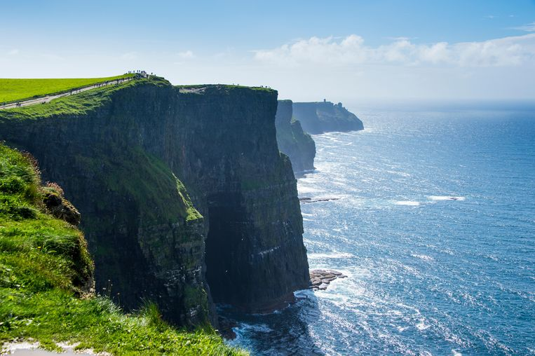 De majestueuze Cliffs of Moher, prima spot voor wie zich even piepklein wil voelen. Beeld Alamy Stock Photo