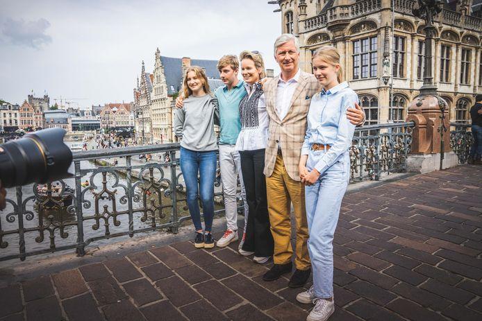 De koninklijke familie met de fiets op bezoek in Gent op autoloze zondag.