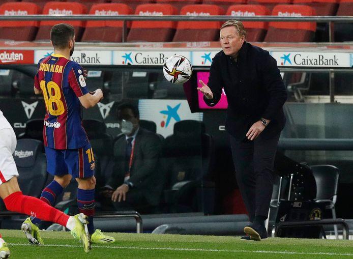 Trainer Ronald Koeman heeft haast tijdens de return van de halve finale in de Copa del Rey en gooit de bal naar Jordi Alba.