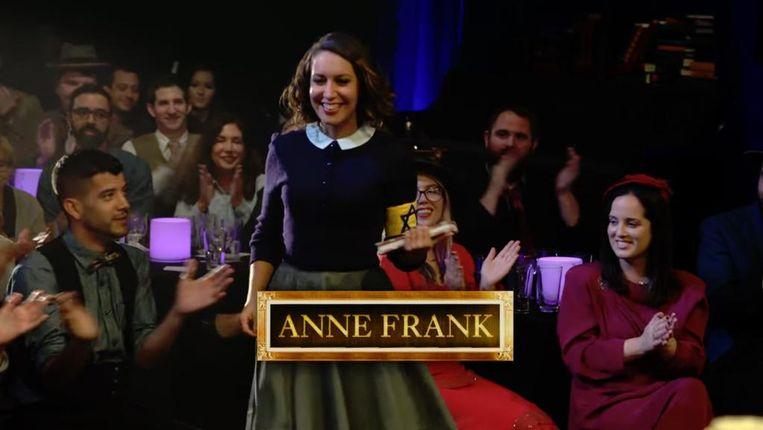 Anne Frank (Rachel Feinstein) is het onderwerp voor een Historical Roast. Beeld