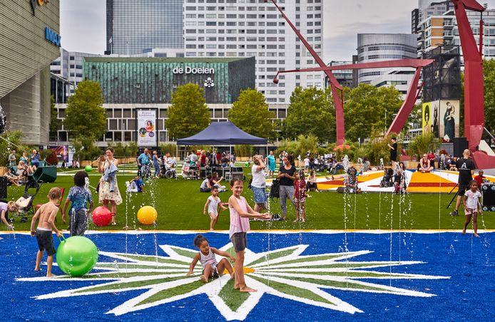 The Flying Grass Carpet is een kunstgrasmat met kleurenpatronen.