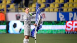 Trossard provoceert STVV-fans met vlag op middenstip, elf relschoppers opgepakt na bekogelen van Genkse supportersbussen