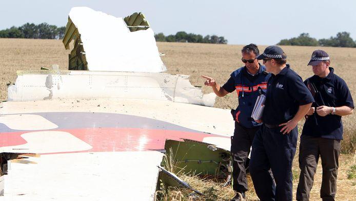 Australische en Nederlandse onderzoekers bij een wrakstuk van het vliegtuig op de crashsite, begin augustus.