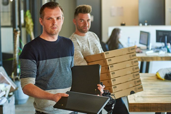 Dirk Delisse en Joris van den Bergh (links) van Uitjesbazen in Erp willen tien Chromebooks uitlenen voor het onderwijs.