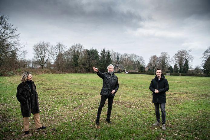 Maria de Swart, Ton van der Aa en Joost Loeffen (v.l.n.r.) op de plek waar na de zomer hun nieuwe woonwijk, de Wonsickhof, gebouwd wordt.