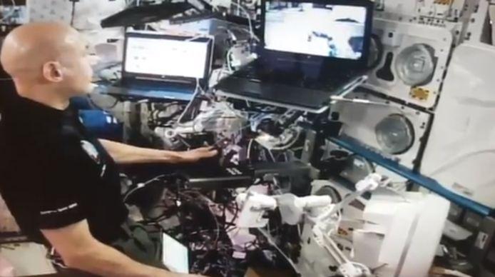 De Italiaanse astronaut Luca Parmitano heeft met succes vanuit het ISS een rover over een hindernissenparcours in Nederland gestuurd.