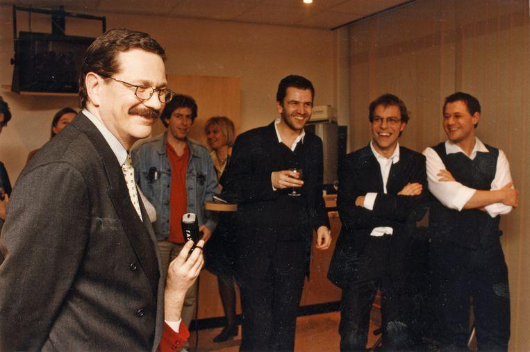 De Graeve in 1997 als VRT-baas, met de makers van het succesprogramma 'Schalkse ruiters': Michiel Devlieger, Tom Lenaerts en Bart De Pauw. Beeld evg