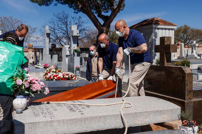 Un patient décédé du coronavirus est enterré à Madrid, le 29 mars 2020.