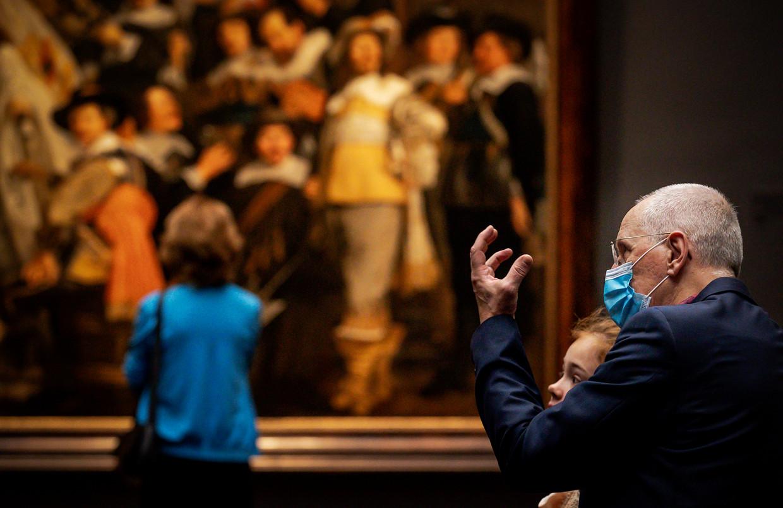 Alle mensen vanaf 13 jaar die het Rijksmuseum in Amsterdam willen bezoeken, moeten daar vanaf woensdag een mondkapje op.  Beeld ANP