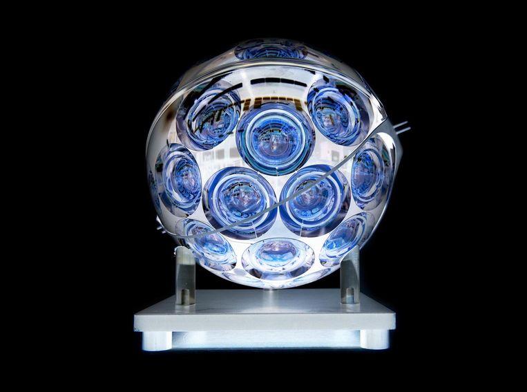 Optische module voor de studie van neutrino's, elementaire deeltjes die met miljarden tegelijk ongehinderd door materie en ruimte gaan Beeld Jos Jansen