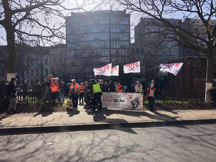 """Met vlaggen en spandoeken die in het groot """"Stop 5G"""" afbeelden, stonden de manifestanten voor het ministerie van Justitie op de Waterloolaan in Brussel."""