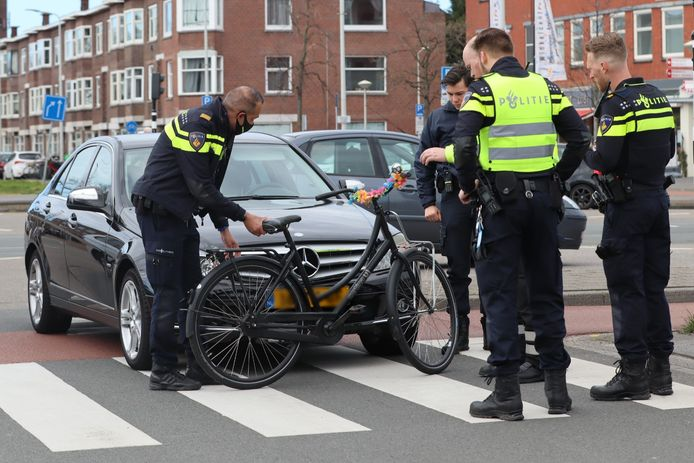 Het slachtoffer belandde op de motorkap van de Mercedes
