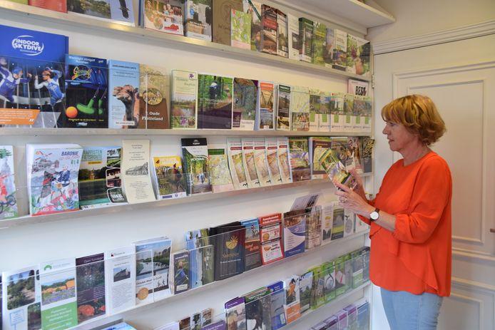 Ria Mol, vrijwilliger bij het Toeristisch Informatiepunt verantwoordelijk voor de folders.