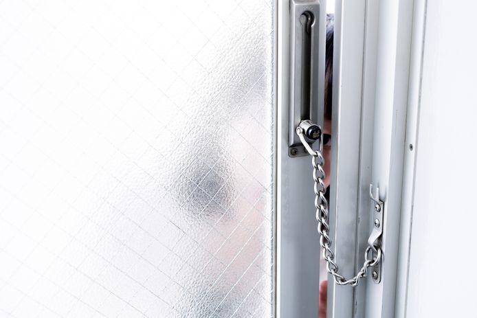 Senioren wordt geadviseerd een deurketting te gebruiken om kwaadwillende lieden buiten te houden.