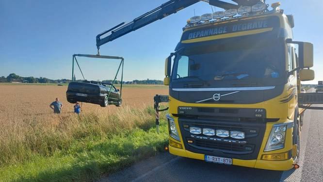 Cabrio belandt in gracht op E40, ongeval veroorzaakt file