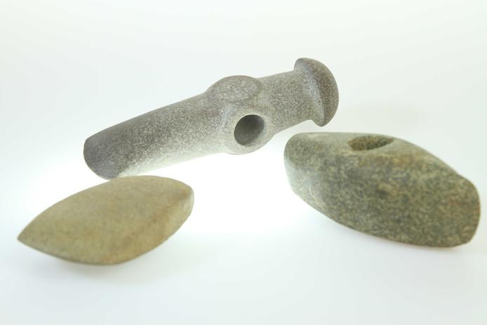 Stenen bijlen behoren tot de 5000 jaar oude grafgiften, die in 2015 werden opgegraven in Dalfsen.