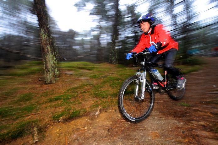 Een mountainbiker in actie (archieffoto).