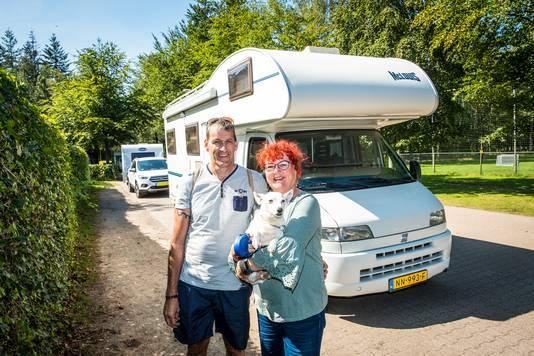 Patty Rinzema en Ronny Lemstra (met hond Paco) uit Mildam in Friesland zijn in hun camper net aangekomen bij camping De Jagerstee in Epe.
