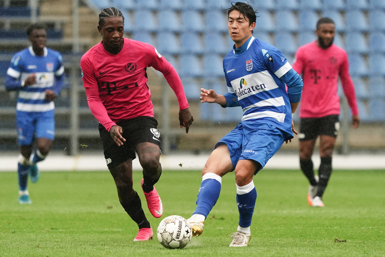 Sai van Wermeskerken houdt overzicht in een kletsnat duel met FC Utrecht.