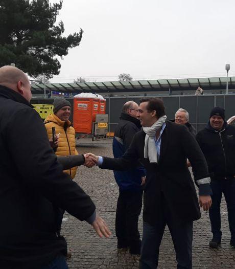 Handen schudden valt verkeerd bij burgemeester van Apeldoorn: 'Thierry Baudet overtreedt de coronaregels'