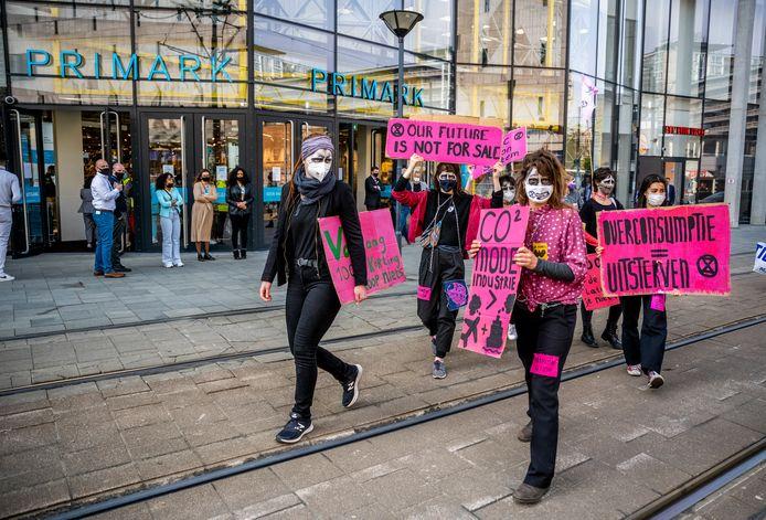 Extinction Rebellion demonstreert tijdens de opening van de nieuwe Primark in het centrum van Rotterdam.