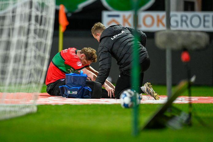 NEC'er Rens van Eijden raakte tegen FC Volendam geblesseerd aan zijn enkel.