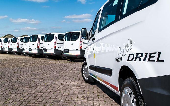 Blik op het wagenpark van Van Driel uit Oss, een van de vervoerders van leerlingen uit de Bommelerwaard.