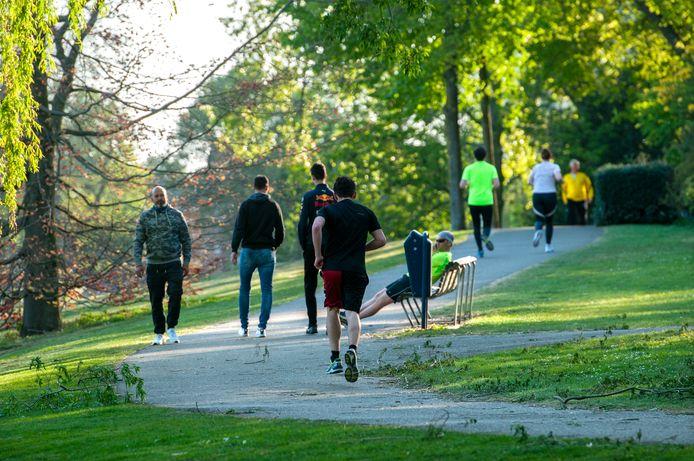 Hardlopers in het Prins Hendrikpark lopen hun rondje rond de IJzeren Vrouw
