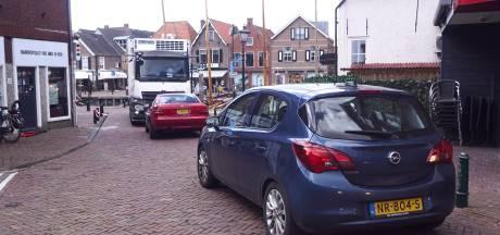 Vrachtwagen in eenrichtingsstraatje zorgt voor chaos en wordt daarna klemgezet door automobliste