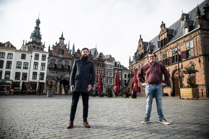 Xander Somers (links) en Willem Crooijmans van de JOVD Rijk van Nijmegen c.a. op de Grote Markt in Nijmegen.
