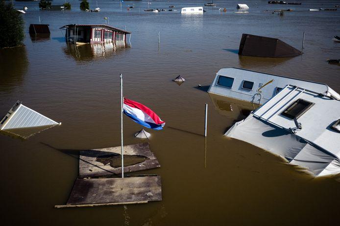 Verdronken campers en caravans op camping Hatenboer in Roermond. De kampeerplaatsen werden twee weken terug volledig opgeslokt door het hoge water van de Maas.