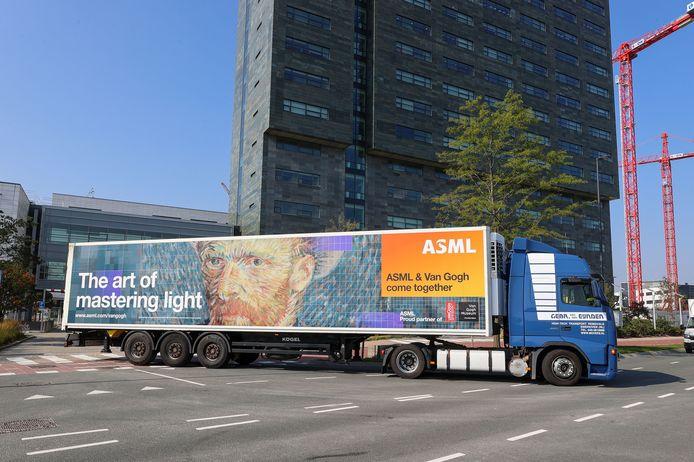 'De kunst van lichtbeheersing'. Dat hebben ASML en Vincent van Gogh op ieder hun eigen manier gemeen, zo is de boodschap van de truck.