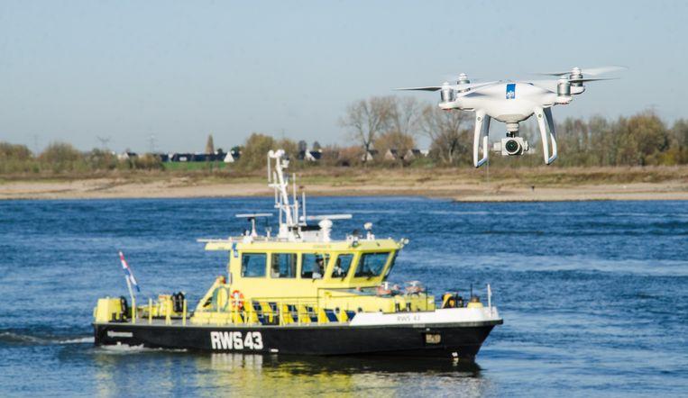 Rijkswaterstaat experimenteert met autonoom vliegende drones. Ze worden ingezet om incidenten op het water te onderzoeken, zoals afgevallen lading, drenkelingen, aanvaringen en olievervuiling. Beeld Rijkswaterstaat