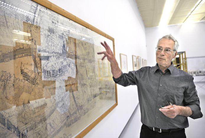 Tekenaar Ben Luderer en zijn Opus Magnus in het Valkhofmuseum.