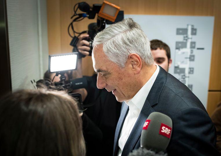 Dieter Kiefer, voormalig hoofd van UBS, verlaat de rechtbank in Parijs na het verdict.  Beeld EPA
