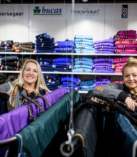 Een rijbroek in panterprint: ruitersportzaak Epplejeck richt zich in Hengelo op jonge ruiters