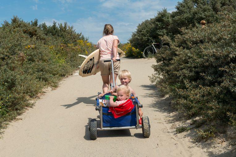 ► Zomers geluk in het Nederlandse Cadzand, net over de grens. Beeld Hollandse Hoogte / Sabine Joosten