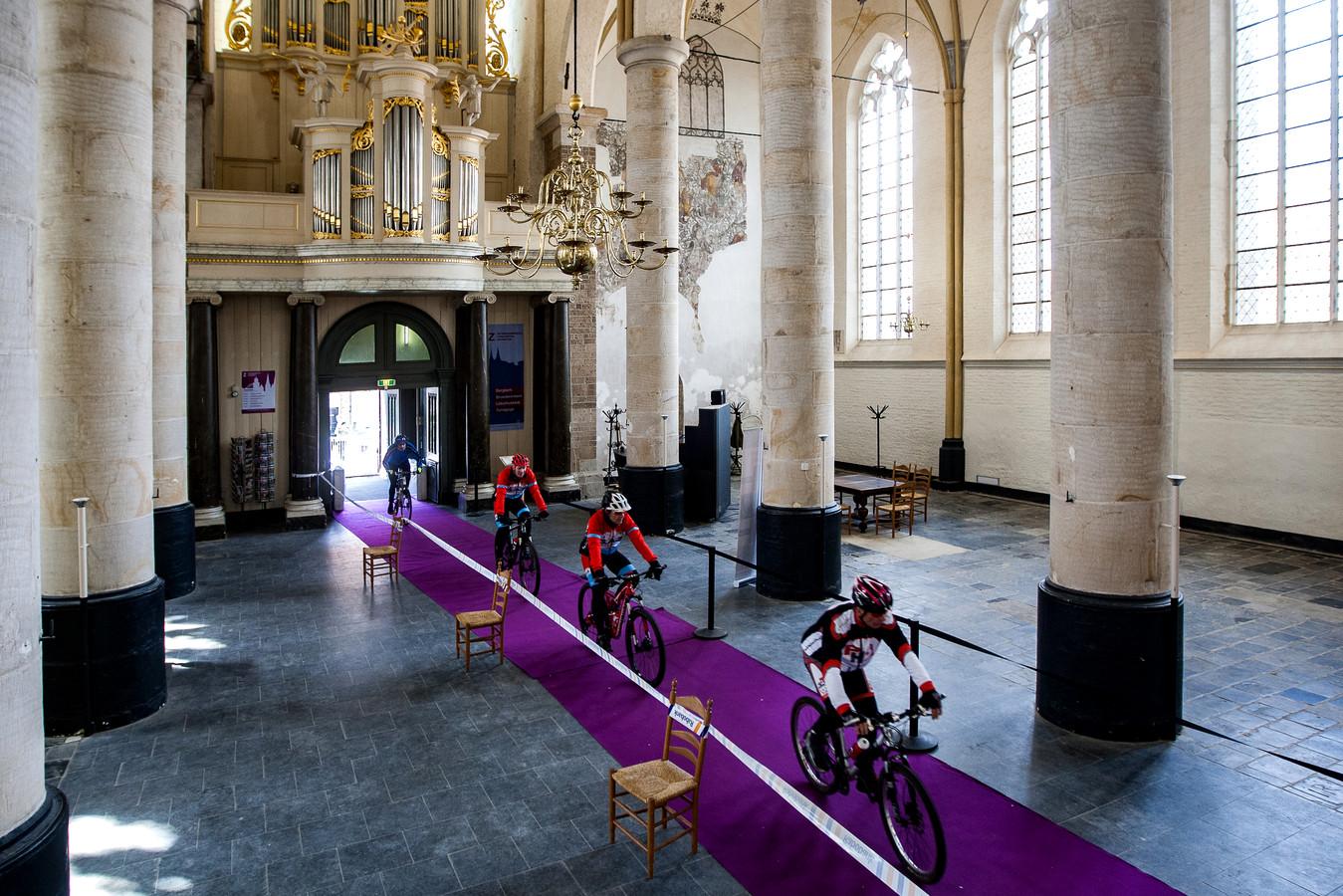 Beeld van de eerste editie van de Ronde van Vedett, waarbij de koers dwars door de Bergkerk ging.