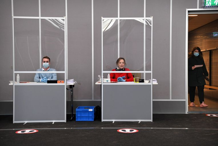 Leden van het stembureau in Vught tijdens de herindelingsverkiezingen in een coronaproef stemlokaal, november 2020.  Beeld Marcel van den Bergh / de Volkskrant