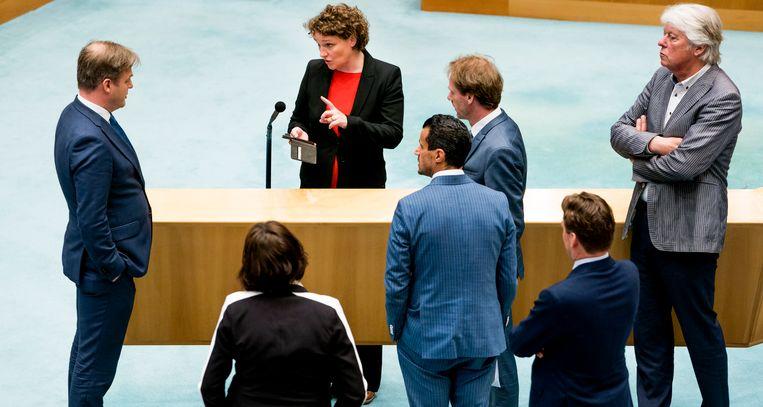 Pieter Omtzigt (CDA) luistert samen met andere Kamerleden naar Renske Leijten (SP) tijdens een schorsing van het debat over het stopzetten van de kinderopvangtoeslag.  Beeld Freek van den Bergh / de Volkskrant